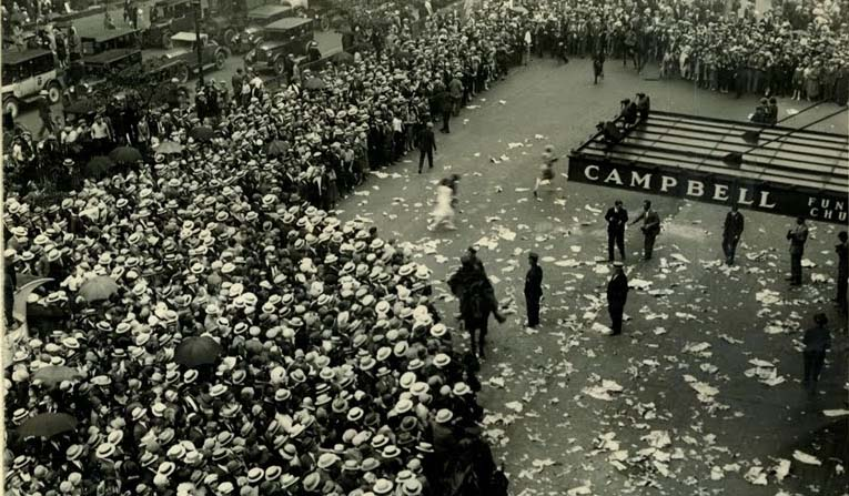 Crowd outside funeral home after death of Valentino, August 1926